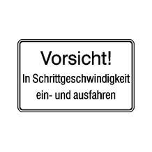 Hinweisschild für Tankanlagen und Garagen - Vorsicht! In Schrittgeschwindigkeit ...